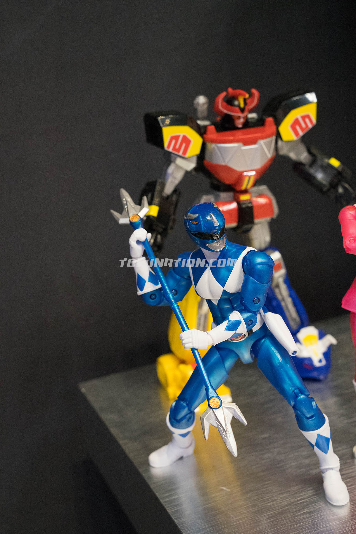 toy fair 2017 legacy morphin metallic power rangers figures with weapons tokunation. Black Bedroom Furniture Sets. Home Design Ideas